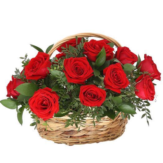 Корзинка красных роз