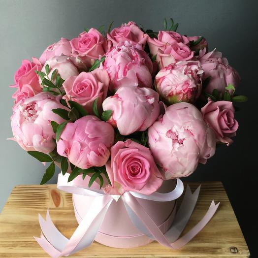 Коробчка дня - с пионами и розами: букеты цветов на заказ Flowwow