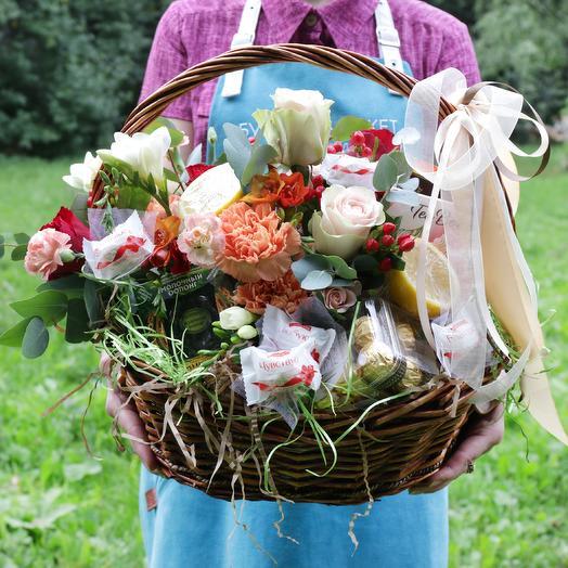 Корзина с розами, фруктами, конфетами и чаем