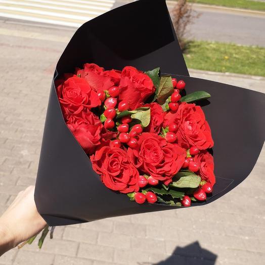 Красный на чёрном: букеты цветов на заказ Flowwow