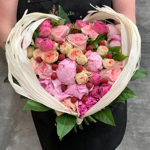 «Малиновая нежность»- букет с пионами, ягодами малины и розами: букеты цветов на заказ Flowwow