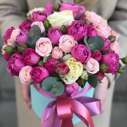 Шляпная коробка с пионовидными кустовыми розами «Версаль»