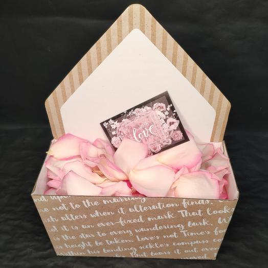 Лепестки роз в конверте с открыткой