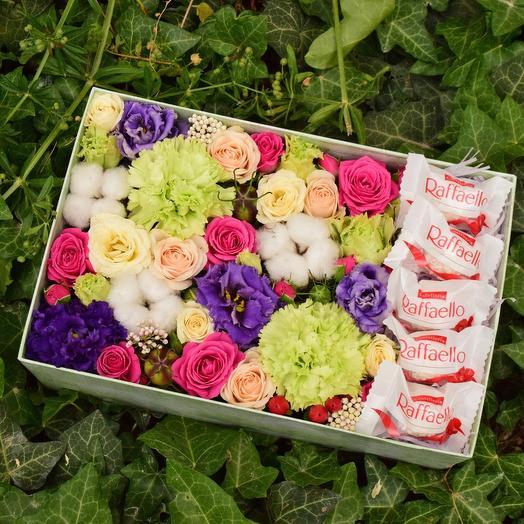 Яркая и ароматная коробочка с цветами и конфетами