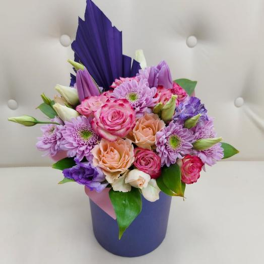Цветы в коробке с пальмовым копьем