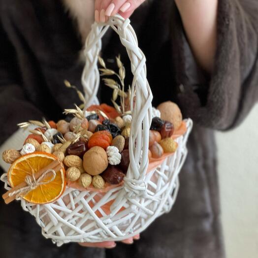 Корзина с орехами и сухофруктами