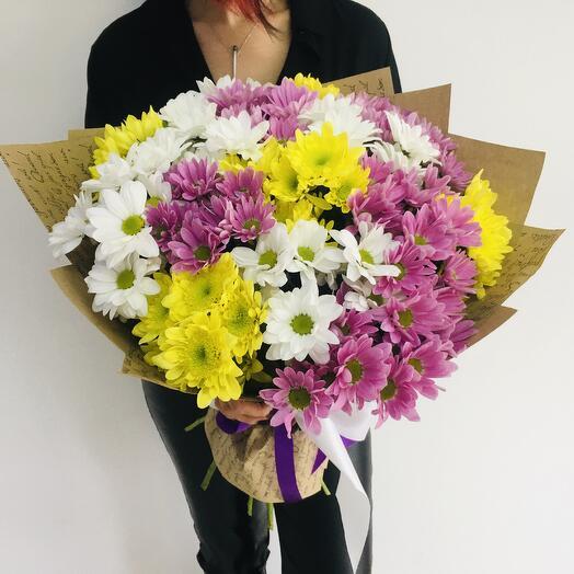 Букет из 19 разноцветных хризантем в крафт бумаге