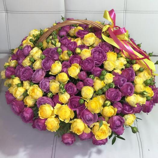 Корзина с кустовыми пионовидными розами
