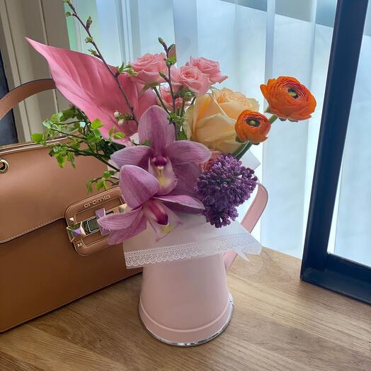 Кувшинчик с цветами и орхидеей