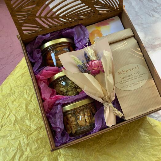 Набор: чай, кофе, 3 баночки орешков в меду, букетик