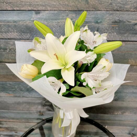 Букет с лилией, альстромерией и тюльпанами