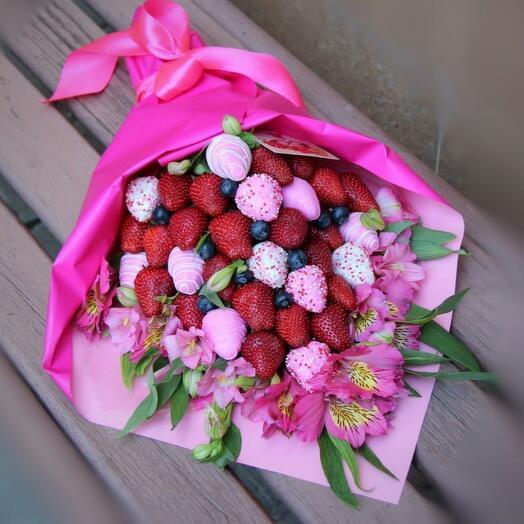 Клубнично-цветочный букет