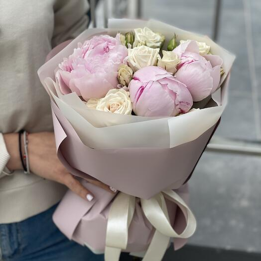 Букет Нэнси из пионов и кустовой розы