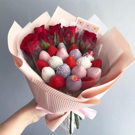 Клубничный букет в шоколаде с цветами