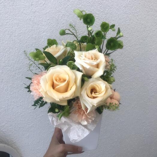 Кремовые розы с хелеборусом