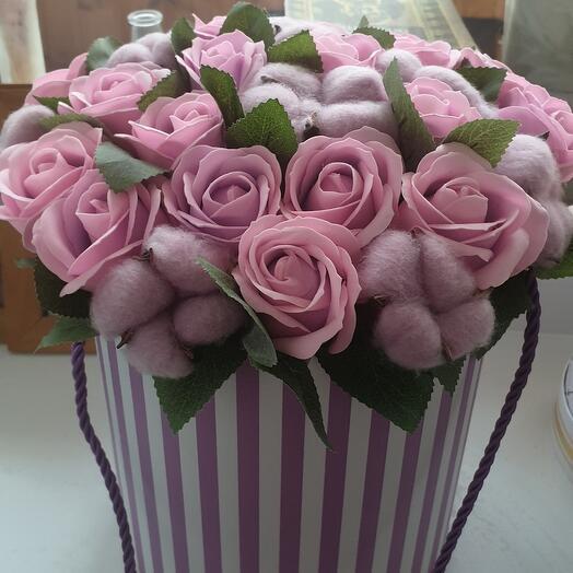 Шляпная коробка из роз и хлопка