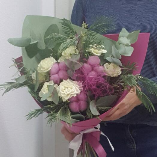 Букет с розой, хлопком, мимозой и эвкалиптом