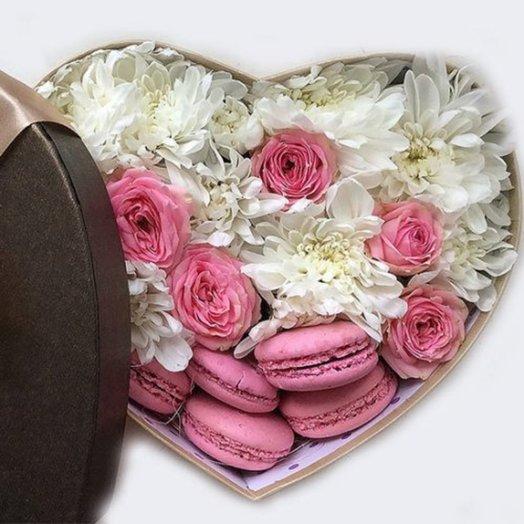 Сердце в коробке с макарунами: букеты цветов на заказ Flowwow