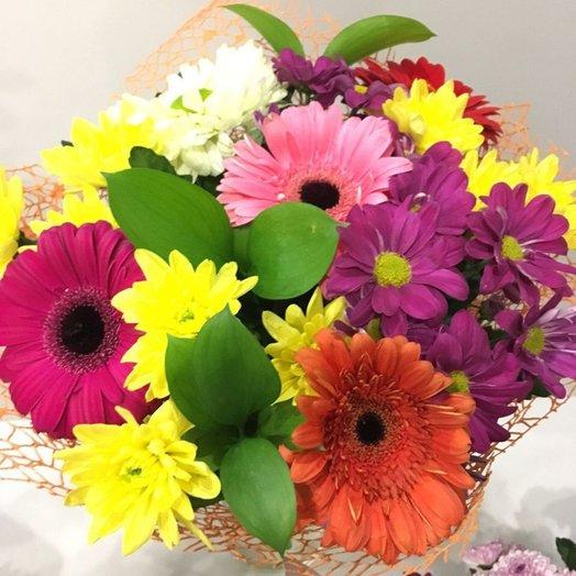 Яркий букет из гербер и хризантем
