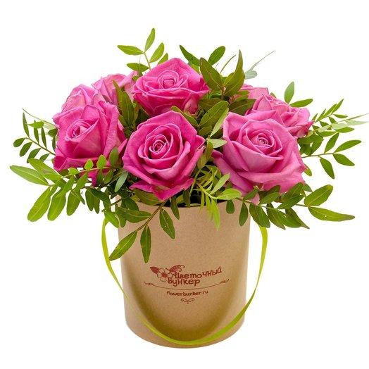 Розы в шляпной коробке Малышка в крафте: букеты цветов на заказ Flowwow