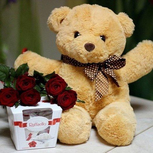 Подарочный набор из роз, медвежонка и Рафаэлло 150 гр. Код 180050