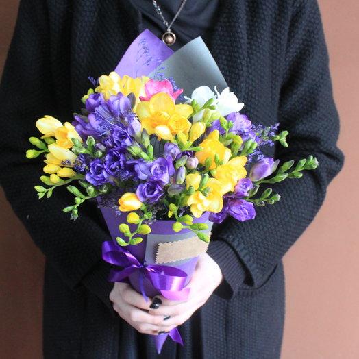 Фрезии в конусе: букеты цветов на заказ Flowwow