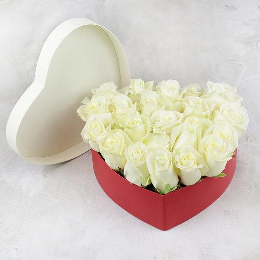25 белых роз в сердце