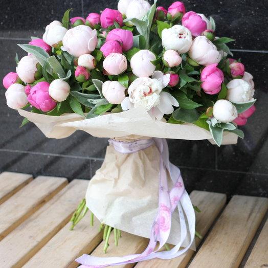 Букет из белых и малиновых пионов: букеты цветов на заказ Flowwow