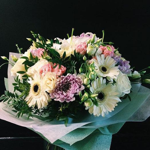 Букет из гербер, хризантем, кустовых роз, лизиантуса и зелени: букеты цветов на заказ Flowwow
