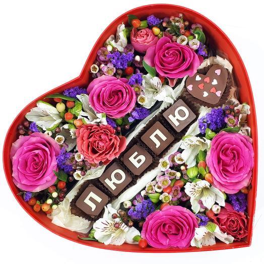 Люблю: большое сердце с цветами и шоколадом: букеты цветов на заказ Flowwow