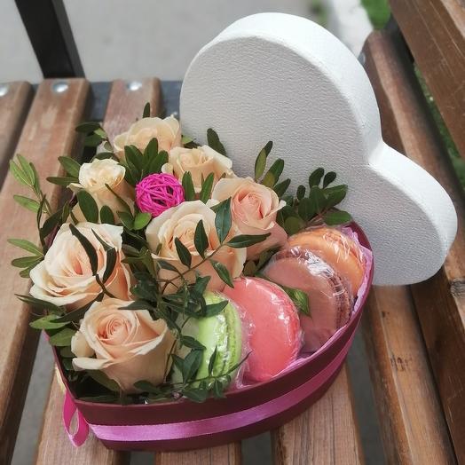 Коробка сердце с цветами и пирожными