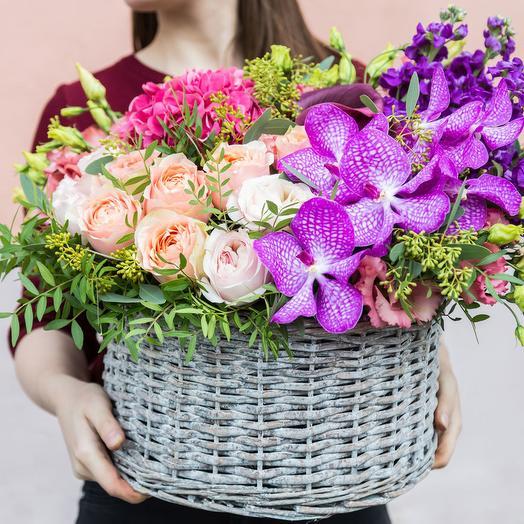 Корзина с гортензией, розами и орхидеей: букеты цветов на заказ Flowwow