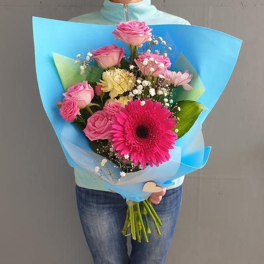 Красивый букет из герберы и роз: букеты цветов на заказ Flowwow