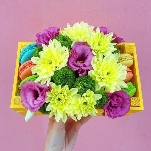 Ящик с цветами и сладостями «Радуга»: букеты цветов на заказ Flowwow
