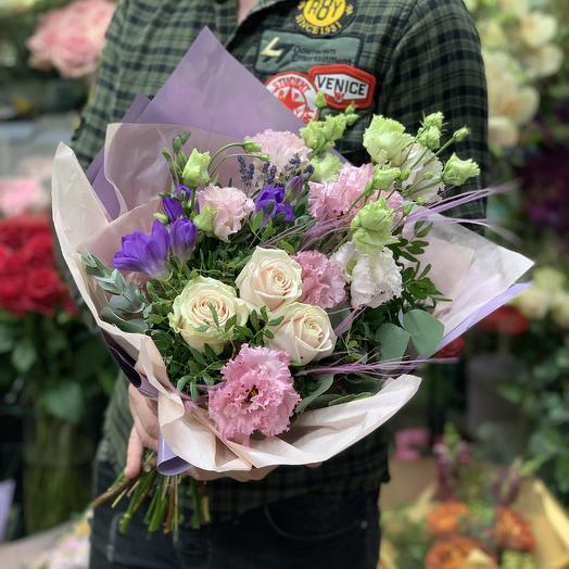 Нежный букет с розами и ароматной фрезией: букеты цветов на заказ Flowwow