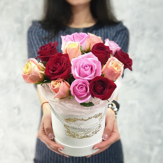 Белая шляпная коробка с разноцветной розой Любимой: букеты цветов на заказ Flowwow