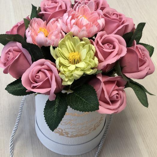 Букет из мыльных роз и хризантем