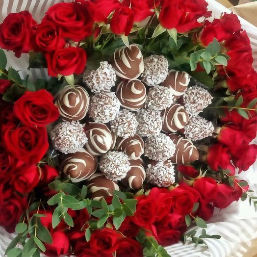 Букетик с клубникой в шоколаде и кустовой розой