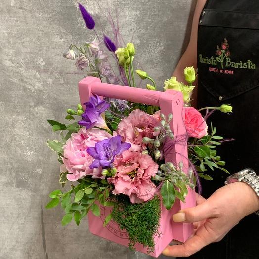 Композиция с пионом, фрезиями и лизиантусом: букеты цветов на заказ Flowwow