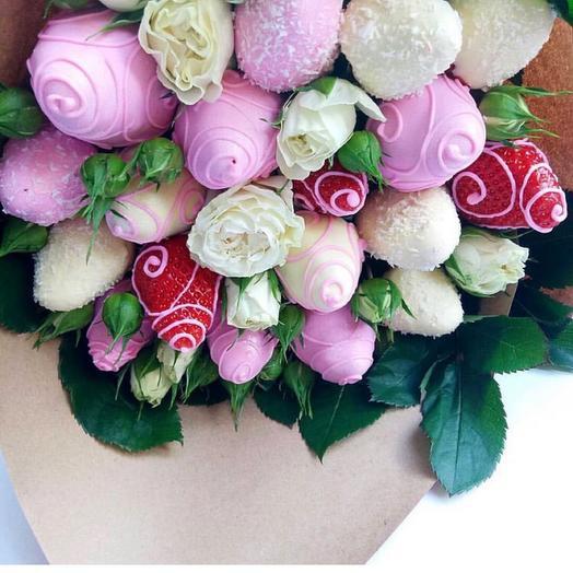 Букет из клубники с кустовой розой