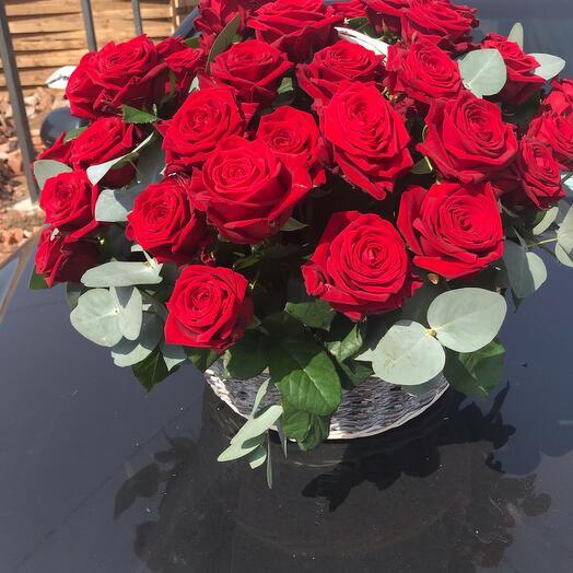 Красные розы в корзине или коробке