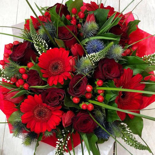 Алый букет с розами и экзотическими цветами: букеты цветов на заказ Flowwow