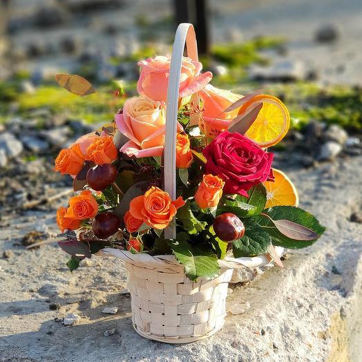 Яркая корзиночка из роз, плодов каштана и лимонных долек: букеты цветов на заказ Flowwow