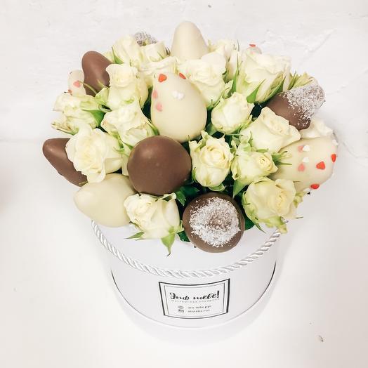 Клубника в шоколаде в шляпной коробке с розой: букеты цветов на заказ Flowwow