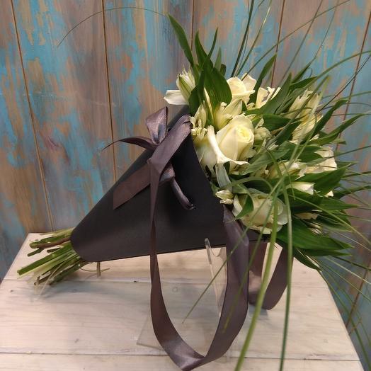 Стильный чёрный кулак с розой и альстромерией: букеты цветов на заказ Flowwow