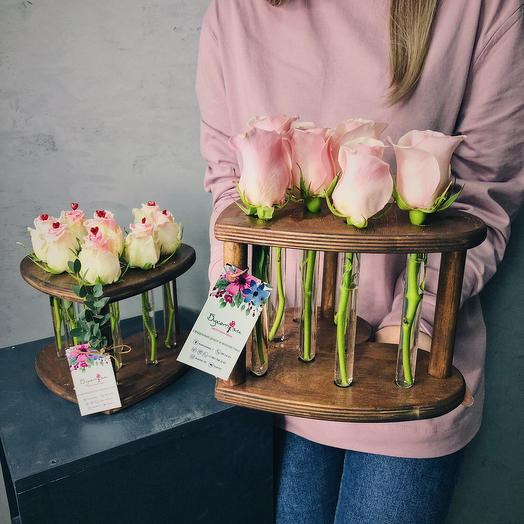 Розы в колбах в виде сердца
