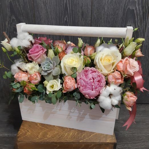 Нежный ящик с пионами: букеты цветов на заказ Flowwow