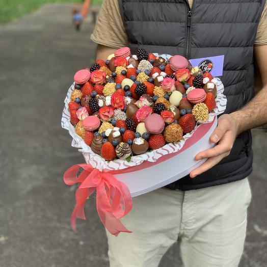 Коробка в форме сердца с клубниками: букеты цветов на заказ Flowwow