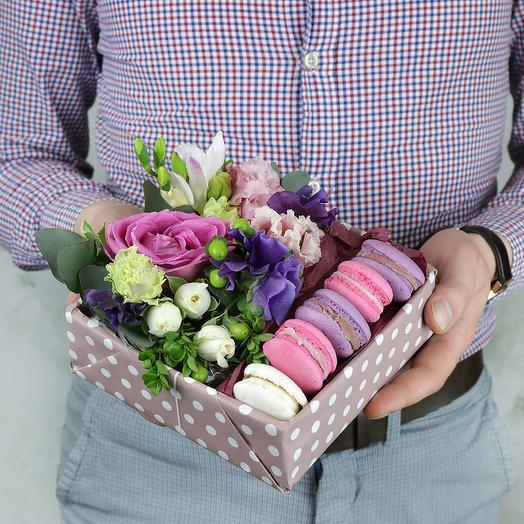 Коробка с макарунами. Фрезия, розы и гиперикум