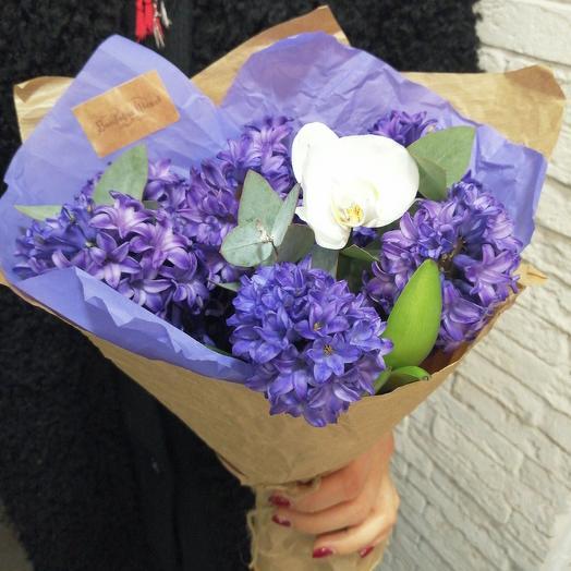 Весенние гиацинты с бабочкой орхидейкой: букеты цветов на заказ Flowwow